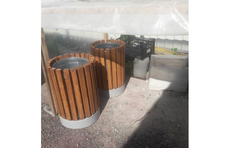 Деревянная урна на бетонном основании
