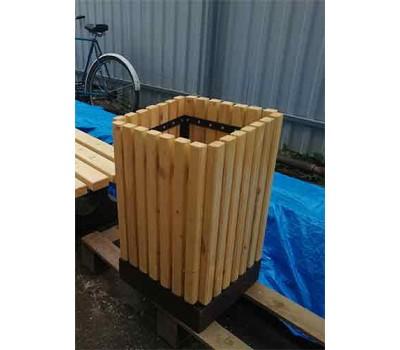 Урна деревянная на бетонном основании UB-029с